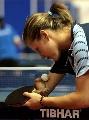 图文:残奥冠军亮相世乒赛 准备发球