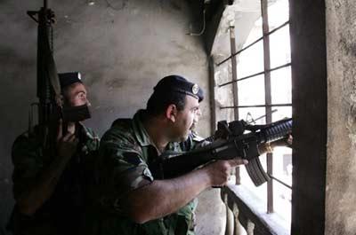 黎巴嫩政府军士兵隐蔽在房屋内狙击。