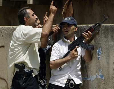 极端组织成员在马路上袭击政府军。