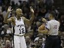 图文:[NBA]马刺VS爵士 鲍文向裁判投降