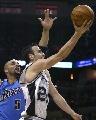 图文:[NBA]马刺胜爵士 吉诺比利强行上篮