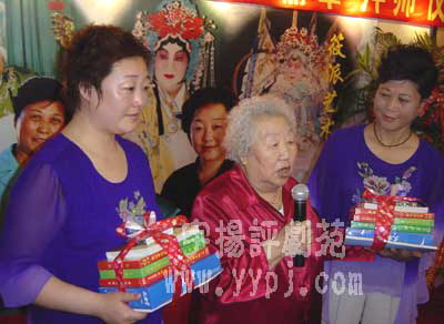 筱俊亭老师讲话 左为新徒李丽华 右为新徒齐瑞敏