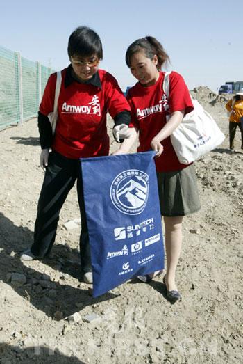 珠峰志愿者与格尔木当地志愿者一起清理青藏铁路沿线垃圾