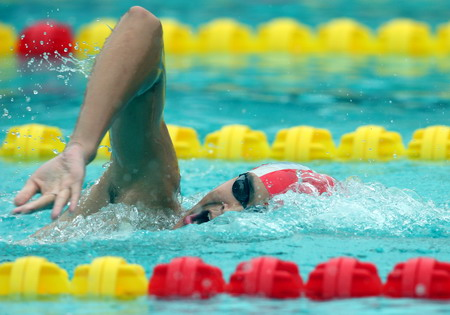 图文:全国游泳冠军赛第七日 张琳比赛中
