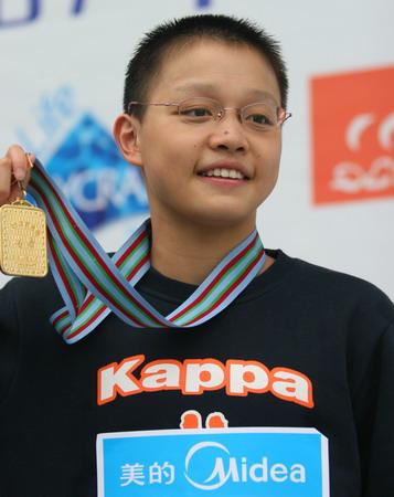 图文:全国游泳冠军赛第七日 李玄旭展示金牌
