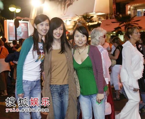 图:林熙蕾戛纳街头与fans亲切合影 表现亲民