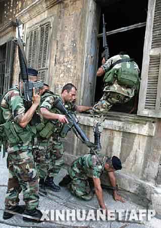 黎巴嫩第二大城市的黎波里附近地区,黎巴嫩政府军士兵在与武装分子冲突过程中攻入一座建筑。新华社/法新