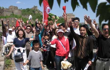 """参加活动的人们一起在长城上高呼""""同一个世界,同一个梦想,北京奥运,秦皇岛欢迎您!""""向世界人民发出真情邀请。"""