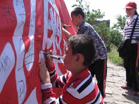 活动引来众多旅游,小朋友们兴致勃勃的参加签名活动,表达对奥运的深深祝福之情。