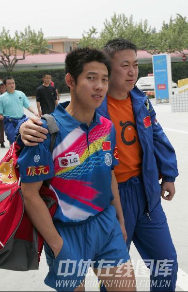 第48届世乒赛资料图片 马琳和邱贻可相拥进球场