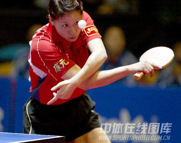 图文:[乒乓球]47届世乒赛回顾 李楠发球瞬间