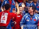 图文:[乒乓球]47届世乒赛回顾 队友相互庆祝