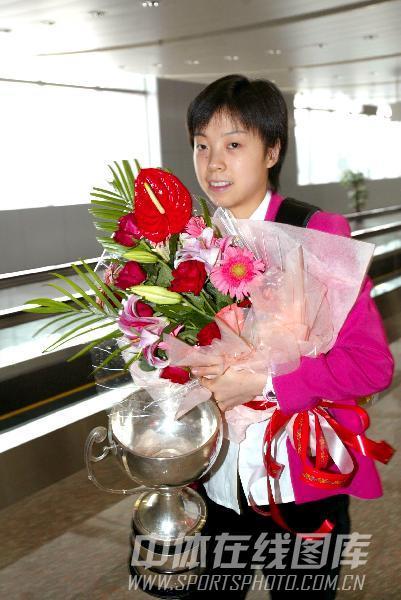 第47届世乒赛资料图片 张怡宁手捧奖杯