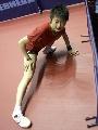 图文:中国乒乓队赛前训练 丁宁做肌肉拉伸