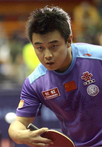 图文:中国乒乓队赛前训练 王皓冷静练球