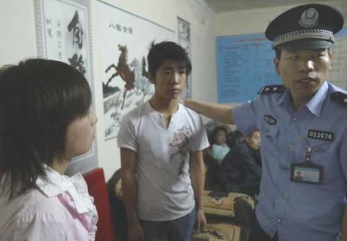莹莹(化名)带着警察来到拐骗她的职介所,当场认出了拐骗她的人