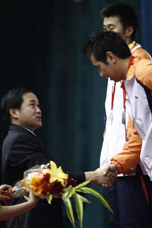 桑洋/图文:全国羽球冠军赛落幕 桑洋和领导
