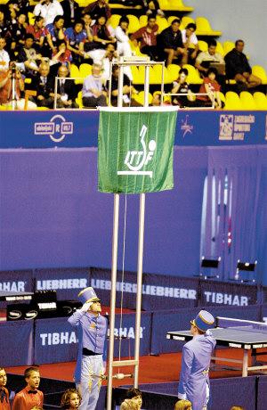 第四十九届世界乒乓球单项锦标赛在萨格勒布体育中心举行开幕式。上图为旗手在开幕式上升起国际乒乓球联合会会旗