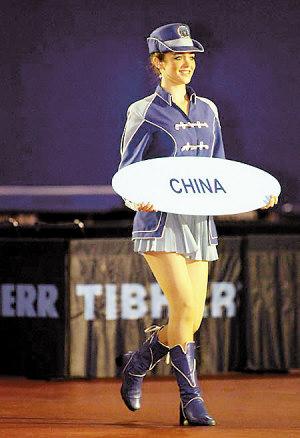 礼仪小姐持中国队引导牌入场