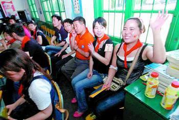 """均为 小刘军 摄 """"报告老师,有人上课打手机!""""一名""""女生""""举手告状。"""