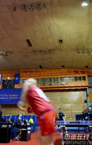 图文:世乒赛训练馆突然停电 运动员匆匆离开