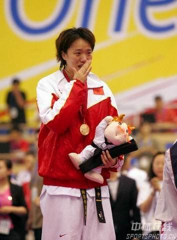 完成大满贯的陈中在领奖台上喜极而泣