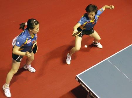 图文:中国女双首轮轻松胜出 张怡宁正手拉求