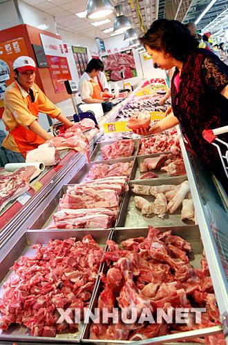 5月22日,消费者在上海一家大型超市内选购生猪肉。近日,上海市场上的猪肉价格持续上涨,目前的批发价格达到每公斤16元,同比上涨七成左右,达到近年来的最高点。 新华社记者刘颖摄