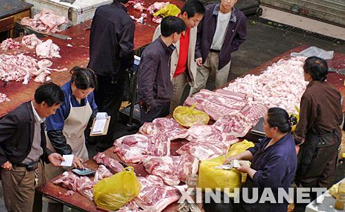 5月22日,顾客在太原市五龙口猪肉批发市场购买猪肉。自5月以来,太原市猪肉价格不断上涨。据太原市统计局发布的数据显示,目前猪肉每公斤的平均价格为15.47元,与5月初相比上涨5.1%,在食品类中涨价幅度最高。