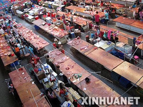 """5月21日,在吉林省吉林市牛马行农贸市场,由于顾客不多,部分卖猪肉的摊位已停业。""""五一""""以后,吉林省吉林市农贸市场的猪肉、鸡蛋价格不断上涨,顾客一天比一天少。 新华社发(朱万昌 摄)"""