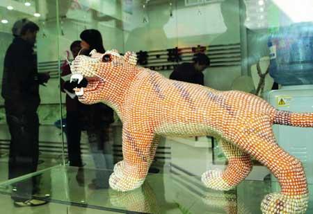 顾客在常德汉寿的珍珠市场里选购商品。 图/记者黎金龙