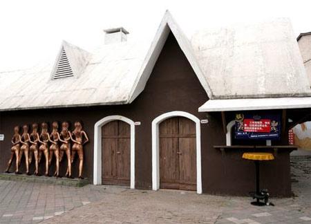 """2007年5月22日,重庆洋人街曾经鸣噪一时的光屁股墙厕所,门上挂了三把锁,门前立着一块招商牌子这样写着:租:""""三年房租费、物业费、垃圾清运费全免,特色经营者优先(需收取保证金)。"""""""