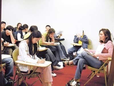 """上月在位于美国纽约的韩国城——Flushing地区的入学考试补习班""""CCB补习班"""",中国学生和韩国学生正在听课。10年前该补习班中有80%是韩国学生,但是现在中国学生占70%。"""