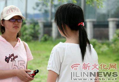 """王昱人(右)很""""害怕""""正面照相  本报记者 牛研 摄"""