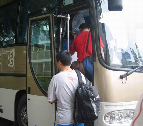 中国体操队上车出征
