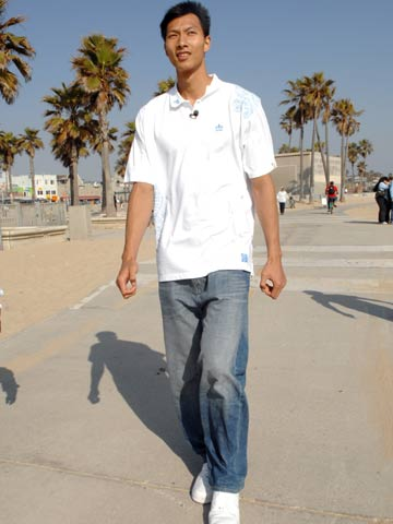 图文:易建联漫步海滩 充满自信向前走