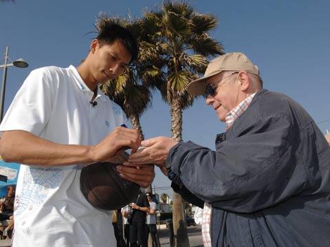 图文:易建联漫步海滩 为球迷签名