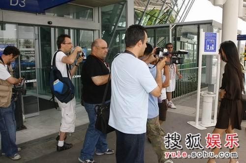 媒体争相拍照