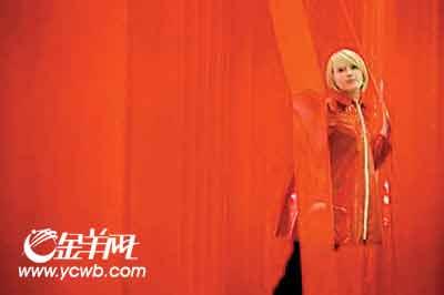 上图:模特展示上世纪60年代聚氯乙烯塑料夹克