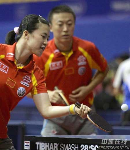 图文:世乒赛混双首轮 王楠带着微笑比赛