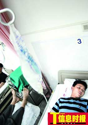中毒的工地民工正在医院接受进一步治疗。巢晓 摄