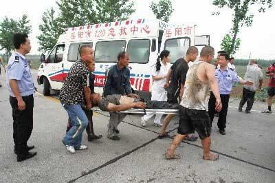 紧急抢救受伤者。 李剑 摄