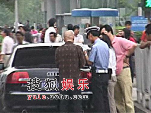 侯耀文正在接受交警处理