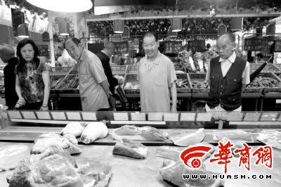 肉价上浮后,顾客看的多买的少本报记者陈团结摄