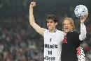 图文:AC米兰称雄欧冠 卡卡和副队庆祝冠军