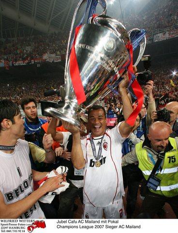 图文:AC米兰称雄欧冠 卡福的第一个冠军杯