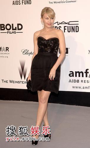 图:慈善抗艾滋派对 凯莉-米洛黑色小礼服妩媚
