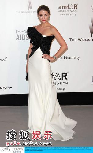 图:慈善抗艾滋派对 米莎-巴顿礼服时尚别致