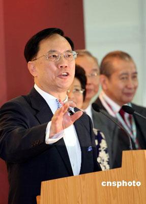 资料图:2007年3月25日,香港行政长官曾荫权在成功当选连任后,发表胜利宣言。 中新社发 洪少葵 摄