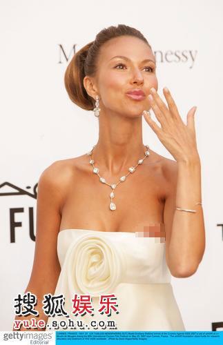 女星Svetlana Metkina白色抹胸短纱裙走光明显露点